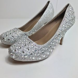 Delicacy jeweled silver pumps like new!